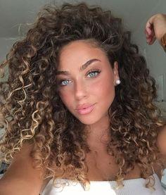 The Best Ways To Style Short Curly Hair - .-Die besten Möglichkeiten, kurzes lockiges Haar zu stylen – Kurzes lockiges Haa… The best ways to style short curly hair – cut short curly hair with side bangs. Best ways to get short curly hair – - Curly Hair Styles, Curly Hair Cuts, Natural Hair Styles, Curly Wigs, Natural Beauty, Girls With Curly Hair, Brown Curly Hair, Curly Perm, Perms For Long Hair