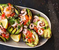 En grillad förrätt som är lika grön som enkel! Avokadohalvor gör sig väldigt bra på grillen – särskilt när de får gott sällskap, som här: räkor med smak av citron, körvel, tomat och vitlök.