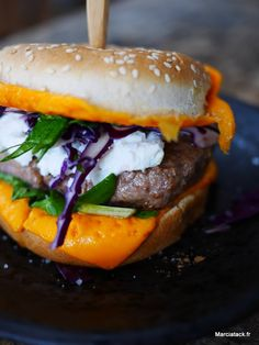 Burger chèvre choux rouge et épinards via @marciatack Snack Recipes, Snacks, Hamburger, Junk Food, Sandwiches, Wraps, Beef, Fruit, Cooking