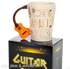 Caneca Alça de Violão em Porcelana (Guitar Mug) Nada melhor do que começar o dia com um bom café e música boa!  http://drikajoias.tanlup.com/product/786311/caneca-alca-de-violao-em-porcelana-guitar-mug-pronta-entrega-2 Caneca de porcelana decorada com tema musical com alça em forma de violão efeito 3D (alto relevo) e acabamento em alto brilho esmaltada. Acompanha caixa de papelão decorada, ótimo para presentear.  Importada. Pronta entrega.