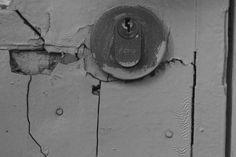 Detalhes arquitetônicos, por Ana Berlendis  Quando eu estava procurando detalhes arquitetônicos, eu observei esta fechadura e vi que, ao redor dela, há diversas rachaduras e buracos, já que é um aspecto que nós geralmente não paramos para reparar no nosso dia a dia, então achei interessante dar um destaque para isso.