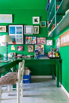 Paredes, teto e mesa exibem o mesmo tom de verde – o truque automaticamente faz a mesa parecer menor.