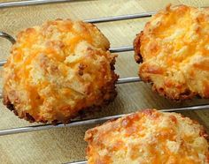 ALMOND CHEESE ROUNDS - They have a crunchy, cheesy biscuit texture that would go very nicely with chili or soup. They also make a nice snack. They remind me somewhat of Red Lobster's Cheddar Bay biscuits but better because they're more cheesy and not as d Almond Flour Recipes, Low Carb Recipes, Cooking Recipes, Coconut Flour, Keto Cheese, Cheddar Cheese, Cheddar Biscuits, Drop Biscuits, Cheese Biscuits
