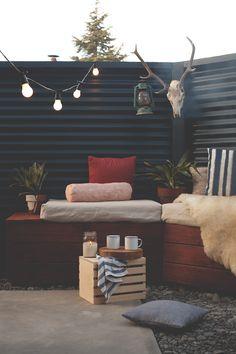 手作りで色々と作り込んだシンプルな庭の屋外リビング