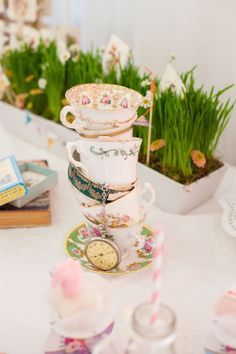 Wie Alice im Wunderland - Kindertische bei der Hochzeit