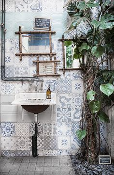 La Recyclerie © Anna  Malmberg  Bohemian bathroom, inspiring bathroom, vintage tiles, Monstera