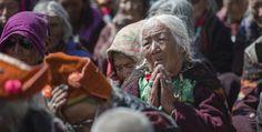 Tibétaine en prière lors de l'enseignement du #DalaiLama au #Zanskar le 24 juin 2014