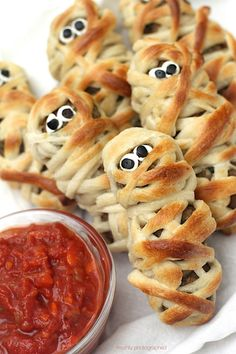 Spook your Guests with Creepy Halloween Appetizers recipes. Here are 100 Best Appetizer recipes for Halloween. These finger food recipes are scary but yummy Halloween Snacks For Kids, Halloween Appetizers, Fete Halloween, Easy Halloween, Halloween Foods, Halloween Games, Halloween 2020, Fall Appetizers, Halloween Baking