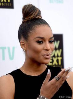 De vez em quando, Ciara também gosta de usar coques altos e sofisticados, como este de acabamento bem puxado e polido