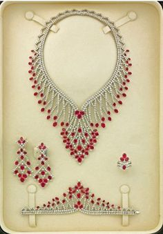 DIY Jewelry: FREE beading pattern for an elegant beaded lace necklace made from seed beads and pearls. Beaded Necklace Patterns, Lace Necklace, Jewelry Patterns, Beading Patterns, Seed Bead Jewelry, Bead Jewellery, Beaded Jewelry, Handmade Beads, Handmade Jewelry
