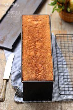 pane fatto in casa nella cassetta di metallo - home made bread