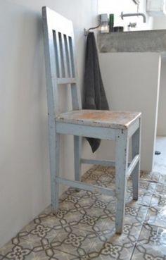 Prachtige vloer voor in de badkamer onder en daar een houten muur bij