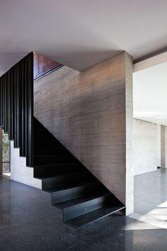 Black metal stairs - Casa Fuentes / DMP Arquitectura. Photo © Onnis Luque.