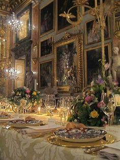 Royal table setting Pinned by Muna Abu Dalbouh Fine Dining, Dining Table, Dining Rooms, Beautiful Table Settings, Elegant Dining, Decoration Table, Place Settings, Beautiful Interiors, Tablescapes
