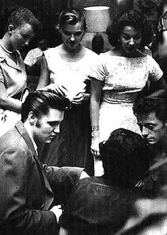 Elvis in Jacksonville in august 10 1956 with friends and fans. Elvis Presley Images, Photo To Video, Elvis Today, Memphis Mafia, Elvis Quotes, Young Elvis, Rare Pictures, Graceland, Gorgeous Men
