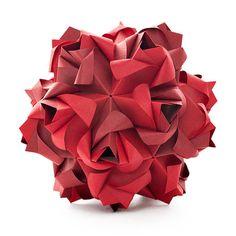 世界16カ国から集まった80人以上の現代おりがみアーティストによる大規模なエキシビジョン「Surface to Structure」の紹介。