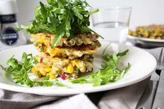 Mais-doperwt beignets met rucola salade
