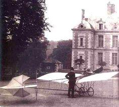 """Santos Dumont - Em Dezembro de 1908 exibe um exemplar do Demoiselle na Exposição Aeronáutica, realizada no """"Grand Palais"""" de Paris. Obtém o primeiro brevê de aviador, fornecido pelo Aeroclube da França em Janeiro de 1909."""