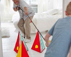 Ein Großvater spielt mit seinem Enkel Tauziehen, u. a. mit LATTJO Springseil in Schwarz und LATTJO Spielkegel.