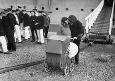 Liebe ullstein bild - ullstein bild/Timeline Images #1932 #Liebe #Love #Liebespaar #Liebespaare #Couple #Couples #Valentinstag #Matrosen #Kuss #Kinderwagen #Abschied #Abschiedskuss