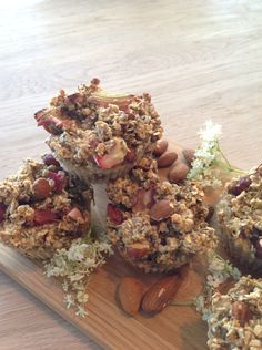 Havregryns kager med rabarber, hyldeblomst og nødder.  glutenfri.