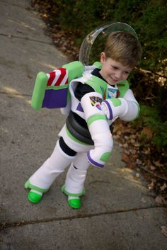 Homemade Buzz Lightyear - OCCASIONS AND HOLIDAYS - To Halloween and beyond! This year my three year old wanted to be Buzz Lightyear. I made his entire costume from scratch, without a pattern. Toy Story Kostüm, Funko Pop Toy Story, Toy Story Cakes, Toy Story Party, Toy Story Birthday, 2nd Birthday, Birthday Ideas, Toy Story Halloween, Toy Story Costumes