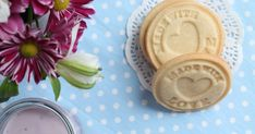 Dlouho jsem hledala recept na máslové sušenky, které by byly chuťově nejenom skvělé, ale zároveň by po vykrojení a upečení v troubě skvěle... Spoon Rest, Muffin, Tableware, Dinnerware, Tablewares, Muffins, Dishes, Cupcakes, Place Settings