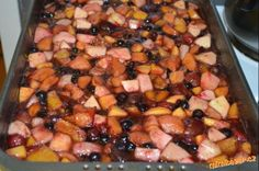 Zimní pečený čaj 2 kg ovoce , 1 kg cukru písek půl sáčku skořice 8 ks hřebíčků hřebíček sklenice na zavařování Ovoce nakrájíme na kousky a dáme do pekáče, přidáme celý 1 kg cukru krupice, půl sáčku skořice a 8 kousků hřebíčků. Vše pořádně promícháme a pečeme na 180 stupnu cca 45 minut, během pečení ho občas promícháme. Po upečení, necháme čaj schladnout a plníme ho do zavařovacích sklenic, zavařujeme na 80 stupnu 20 minut