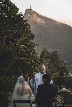 Abençoados duplamente. Viva o amor <3 #ohlindeza #conceptwedding #wedding #casamento #weddingdecor #decoracaodecasamento #bride #groom #noivos #bridal #noiva #noivo #sim #cerimoniadecasamento #cerimonia #ceremony #cristoredentor ohlindeza.com
