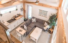 Une mini maison en bois de 26m2 pour des vacances à quatre Avec ses 26m² bien aménagés pour 4 personnes, et sa décoration naturelle, Honeycrisp Cottage, installé dans le sud du Vermont, est un endroit rêvé pour passer des vacances. Ce projet en autoconstruction a été réalisé par ses propriétaires pour un coût de revient d'environ 75.000 $. Situé dans une zone boisée, et alimenté par l'énergie solaire, c'est un bâtiment construit selon des normes de durabilité, et que vous pouvez louer en… Shed To Tiny House, Tiny House Loft, Modern Tiny House, Tiny House Living, Tiny House Design, Small Living, Guest House Plans, Small House Plans, Casa Loft