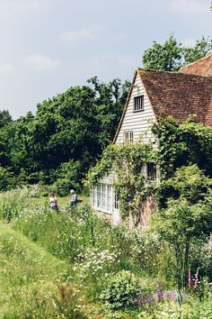 A FAIRYTALE GARDEN HIDDEN IN EAST SUSSEX - Lobster and Swan #cottageinteriorideas
