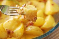 Cartofi noi cu sos carbonara - Retete culinare by Teo's Kitchen Antalya, Macaroni And Cheese, Bacon, Cooking Recipes, Ethnic Recipes, Food, Mac Cheese, Meal, Cooker Recipes