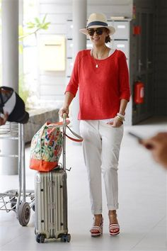 Casual White Slacks For Spring Summer Airport Style 17 White Slacks, White Trousers, White Jeans, Outfit Elegantes, Summer Outfits, Casual Outfits, Capri Outfits, Jessica Alba Style, Striped Sandals