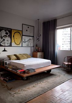 """Apartamento vintage e pop -  """"No quarto, cama desenhada por Aldi, tapete da Santa Helena, encontrado no bazar da Unibes, luminária dos anos 1960 (à dir.) e, na parede, antigos cartazes poloneses."""" Mais no Casa Vogue (Foto: Marco Antonio)"""