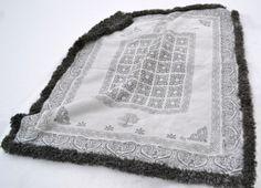 fellen er 150 x 115 cm, og skal brukes som pledd i stua. Textile Design, Teak, Folk Art, Scandinavian, Textiles, Crafty, Rugs, Blankets, Threading