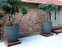 Urbis Design creates curvy contemporary garden planters, indoor containers and furniture with pure forms in an inspired range of colours and finishes Large Garden Pots, Garden Planters, Planter Pots, Modern Landscaping, Garden Landscaping, Container Plants, Container Gardening, Garden Landscape Design, Plantar