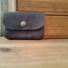 カード類がちょうど収まる大きさのシンプルな革の小物入れです。縦:約6.5cm横:約9.5cm|ハンドメイド、手作り、手仕事品の通販・販売・購入ならCreema。