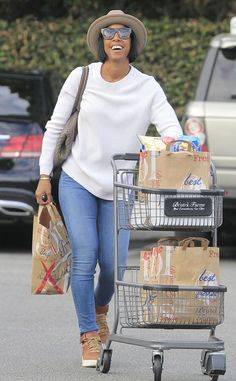 Kelly Rowland from The Big Picture: Today's Hot Pics  The songstress gives a smile during an errands run in Los Angeles.