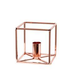 Lysestake kube i kobber S, fra Hubch  Stilig lysestake i populær kubeform. Kombiner gjerne med Lysestaken Kube L for et trendy uttrykk  Størrelse: 9x9xh9cm