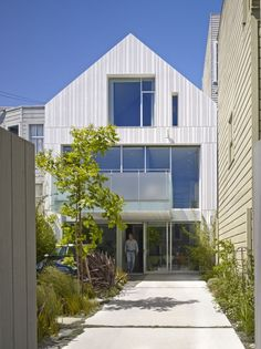 Old Elegance Meets Modern Approach: One House, Two Faces in San Francisco - http://freshome.com/2014/01/19/old-elegance-meets-modern-approach-one-house-two-faces-san-francisco/