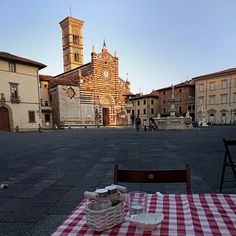 santo Stefano Cathedral in Prato Tuscany. Just before the sunset. Great dinner with the table set right in the square! #prato #tuscany #beatifulitaly #italy #instaitaly #sunset #dinnertable