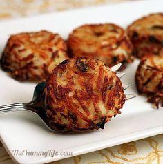 INGRÉDIENTS :  ⦁ 1 sac de pommes de terre râpées.  ⦁ 3 oignons verts hachés.  ⦁ 50 g de parmesan râpé.  ⦁ 1 pincée de sel et de poivre.  ⦁ 2 cuillères à soupe d'huile d'olive.  PRÉPARATION :  1. Préchauffez votre four à 180°c et beurrez vos moules à muffins.   2. Dans un grand bol, mélangez les pommes de terre, les oignons, le parmesan, le sel et le poivre. Ajoutez l'huile d'olive, mélangez de nouveau.   3. Versez votre mélange uniformément sur votre moule à muffins.   4. Faites cuire au…