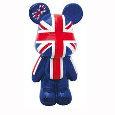Chambre d'ado : coussin, tapis et lampe style London pour une déco so british ! - Très déco ce Teddy Bear aux couleurs so british.Dimensions : 60 cm de haut x 25 cm au plus large.Prix : 89 eurosInformations : www.legrandcomptoir.fr - Les ados raffolent de la déco qui fait référence à la capitale britannique. Découvrez notre sélection d'objets déco estampillés Londres.