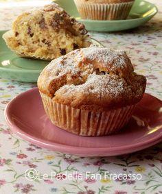 In cosa differiscono questi muffin alla pesca, da tutti gli altri normali muffin alla pesca? Differiscono perché la ricetta prevede tè alla pesca, al posto del latte. Gustosissimo e particolare!