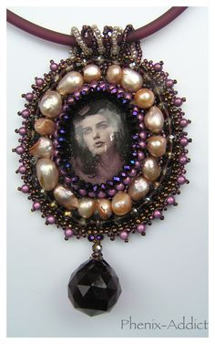 CORYCIE : médaillon serti, monté en pendentif sur buna-cord.
