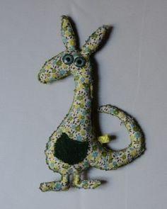 Quentin le kangourou    Quentin est un kangourou célibataire. Dans sa petite poche en laine il aime trimballer toutes sortes d'objets plus ou moins utiles (couteau-suisse, bloc-note, aspirateur...).  Les beaux yeux bleus de ce gentleman vous séduiront à coup sûr !