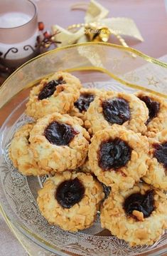 Inca una dintre retetele de fursecuri de pe masa de Craciun Ingrediente: 200 g unt 100 g zahar 1 lingura smantana 300 g faina ½ pastaie vanilie 100 g gem/marmelada/pasta de fructe 250 g alune tocate Mod de preparare: Untul moale … Yami Yami, Waffle Cookies, How To Make Cake, Biscotti, Waffles, Sweet Tooth, Cereal, Muffin, Food And Drink