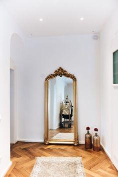 Unsere Essecke mit Betontisch & Stuhlmix Nina Schwichtenberg's corridor with a golden Baroque mirror and golden accessories. More on www. Deco Baroque, Baroque Mirror, Baroque Decor, Modern Baroque, Mirror Mirror, Quirky Wall Mirrors, Living Room Mirrors, Living Room Decor, Restaurant Am Wasser