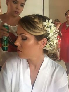 Katie's getting ready! Such a great BridalParty  thank you girls, congratulations to the beautiful Bride,  #WeddingBeautyTeam  #BridalMakeup  #BridalHair