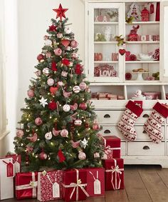 Beautiful Christmas Tree Design and Decor Ideas White Christmas Tree Decorations, Christmas Tree Design, Beautiful Christmas Trees, Noel Christmas, Pink Christmas, Xmas Tree, Christmas Themes, Traditional Christmas Tree, Red Tree
